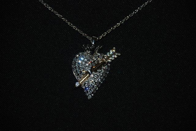 העולם הרחב והמגוון של שרשראות יהלומים