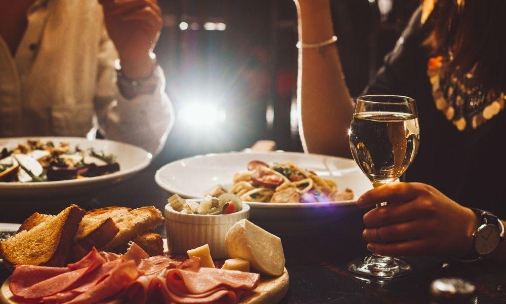 You are currently viewing נימוסים בארוחות ערב: 3 טיפים פשוטים
